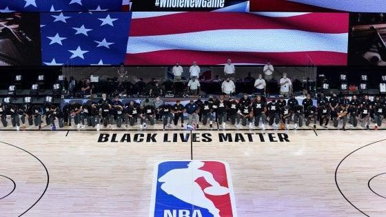 """Basket, l'Nba riparte nella """"bolla"""" di Orlando: tutti in ginocchio per Black  lives matter - la Repubblica"""