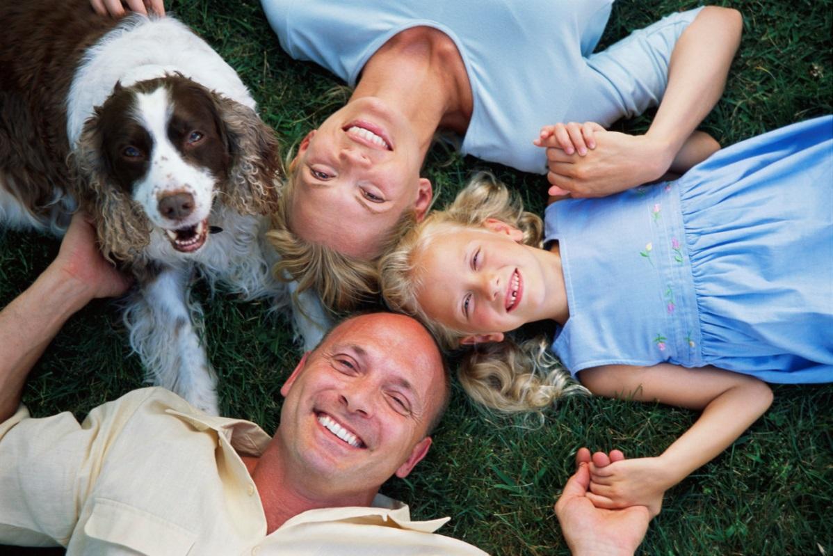 D:\БИЗНЕС\ДИМА\Картинки для подготовки дома для собаки\a dog and  a family.jpg