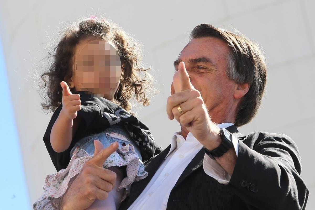 Resultado de imagem para Foto de Bolsonaro ensinando uma criança a usar a arma