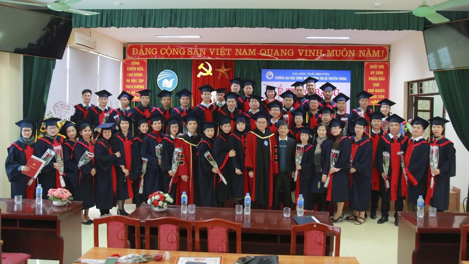 Các Tân tiến sĩ, Tân thạc sĩ chụp ảnh lưu niệm cùng lãnh đạo nhà trường