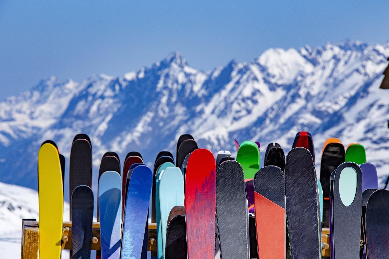 Esquís en la cima