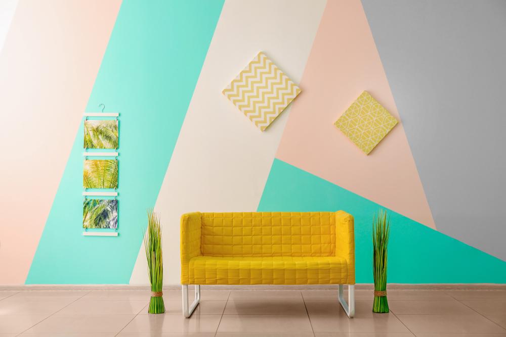 Uma sala com uma parede colorida em faixas.
