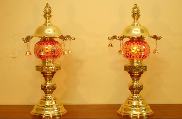 Đèn trên bàn thờ