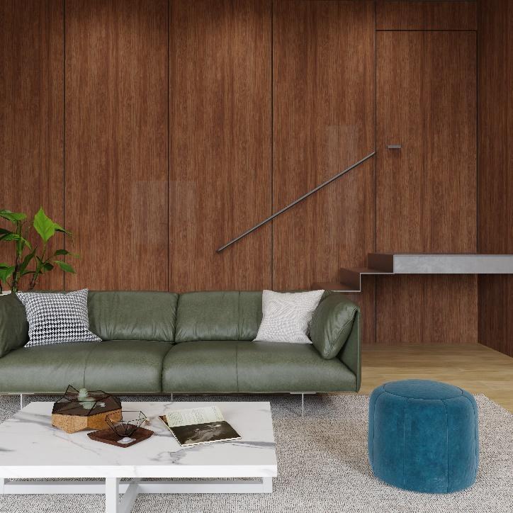 Sala com parede com revestimento de madeira emendado a porta, sofá de couro verde, piso de madeira, mesinha de centro de porcelanato marmorizado branco e puff azul.