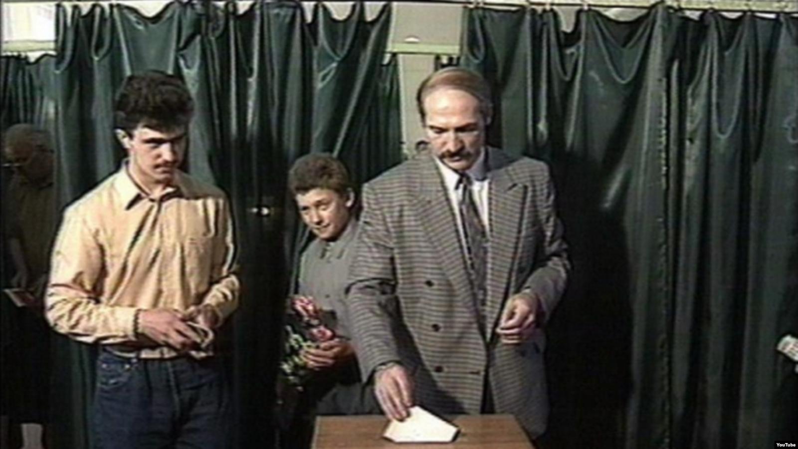 Александр Лукашенко с сыновьями голосует на выборах в 1994 году. Фото: Video grab