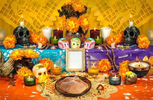 Cenas de um tradicional funeral mexicano, com cranios falsos, flores, velas e cores