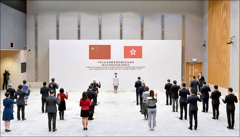 香港公務員事務局10月12日公告確定實施的公務員宣誓擁護《基本法》及效忠特區政府案,16日由12位副局長及14名政治助理宣誓儀式打頭陣,「增強公眾對政治委任官員的信心」,常任秘書長與部門首長宣誓儀式也將在18日舉行,齊為外傳明年1月全港18萬名公務員全面簽署聲明鋪路,屆時不從者恐面臨開除命運。(法新社)