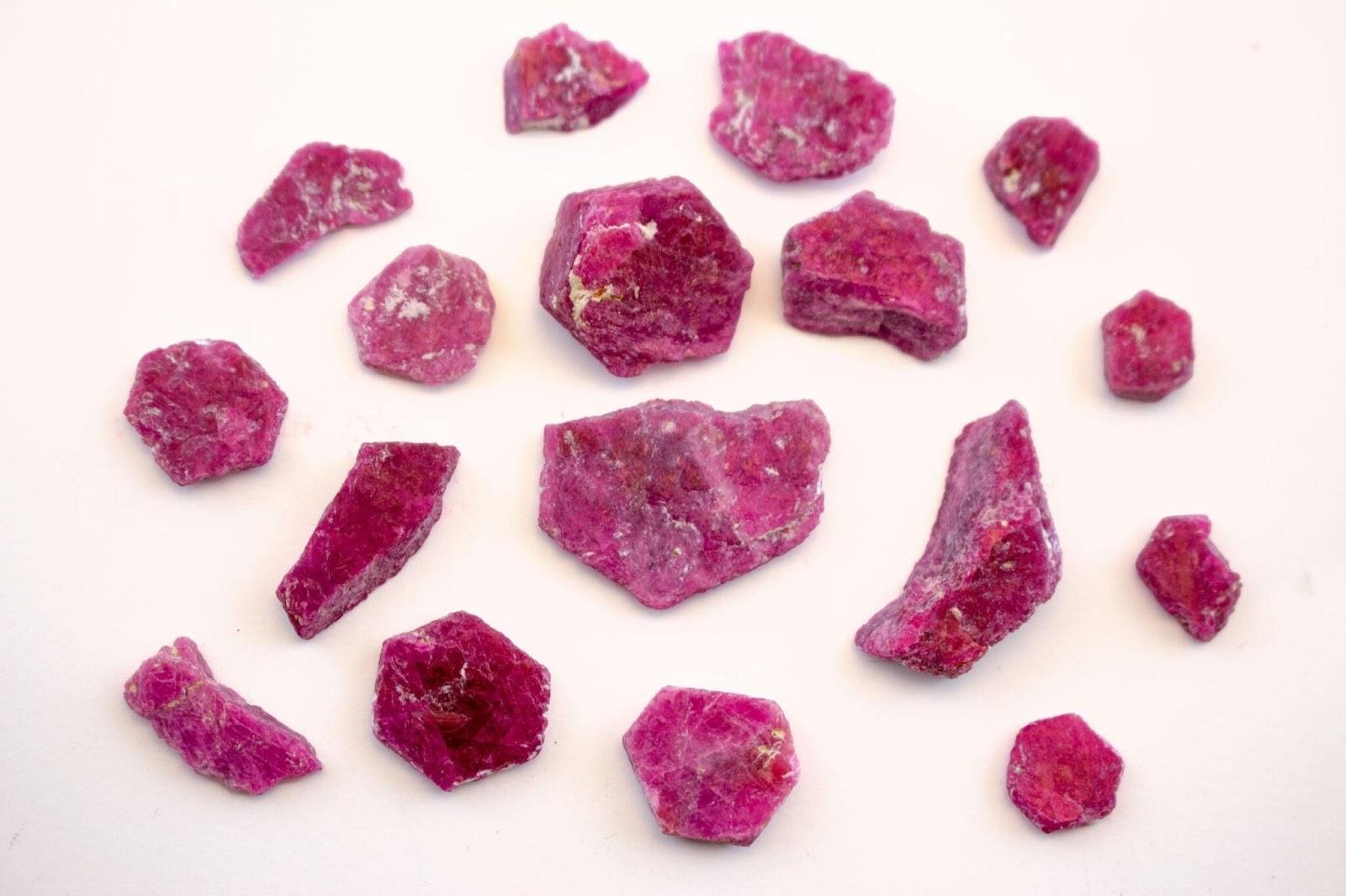 Đá ruby hồng ngọc mang ý nghĩa phong thủy mạnh mẽ