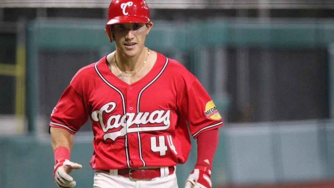 Un jugador de béisbol con uniforme rojo  Descripción generada automáticamente