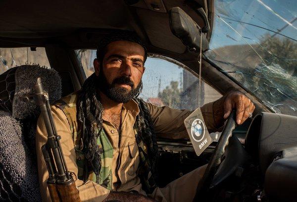 Абдулрахман в пуленепробиваемом BMW E32 750i Security Vehicle, Северный Ирак. Фото: Чингис Яр