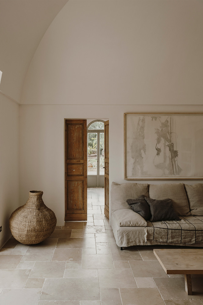 The Modern Mediterranean interior style unveils a warm face of minimalism.