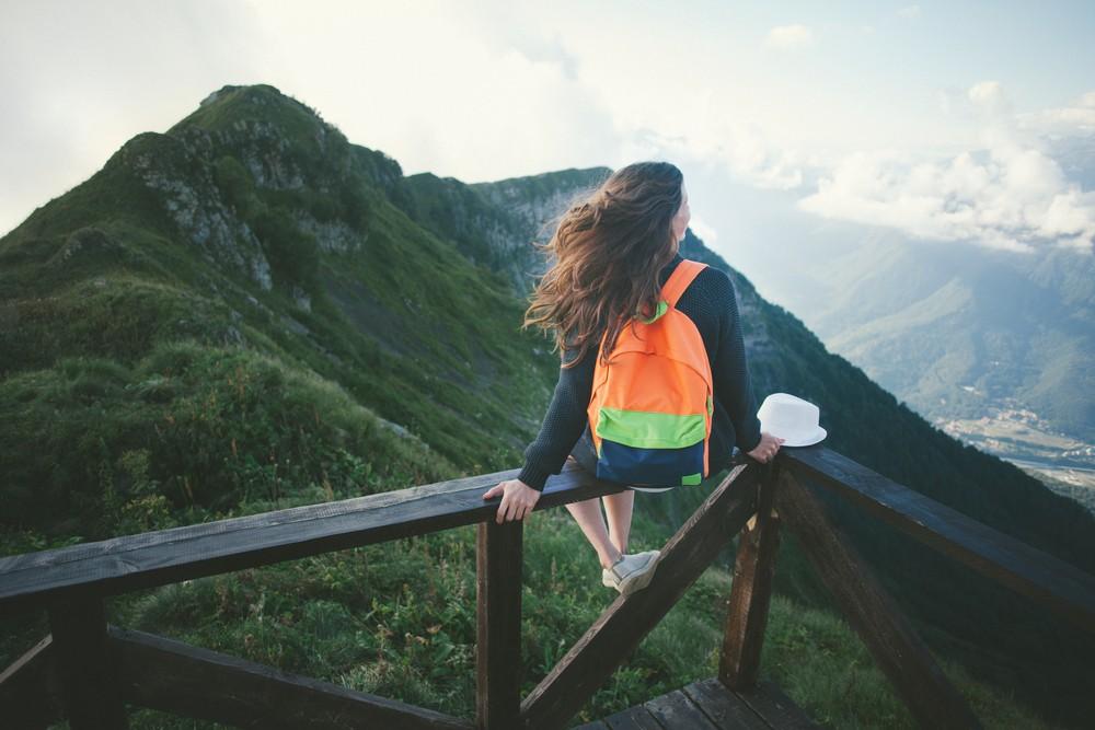 Biến mất bằng cách đi du lịch một mình để giải tỏa căng thẳng và khám phá những vùng đất mới.