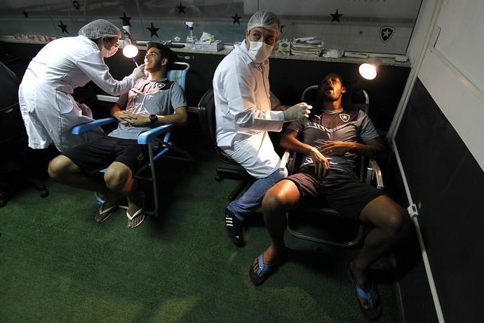 Botafogo exames cadeira de praia (Foto: Vitor Silva / SS Press / Botafogo)