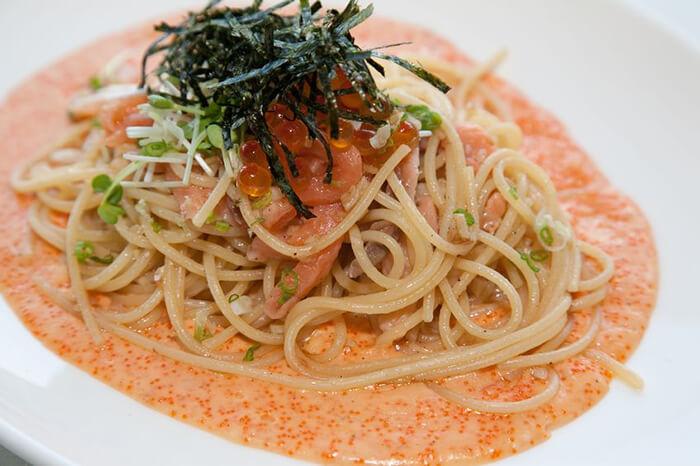 明太子義大利麵也是很受歡迎的搭配,製作上也不難,以白醬的調製手法加入明太子就行囉。