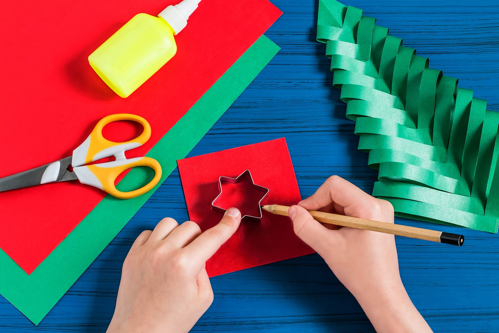 Papeis coloridos e forminhas de decoração natalina.