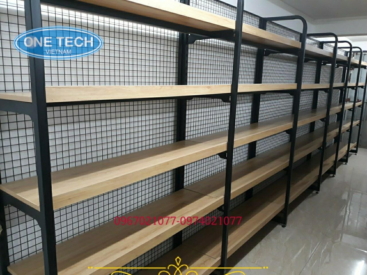 Kệ khung sắt mâm gỗ trưng bày sản phẩm của Onetech
