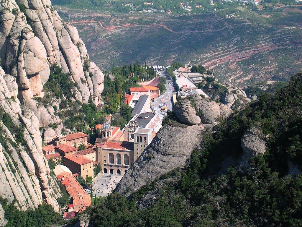 4 nhà thờ tọa lạc trên những địa điểm khác thường nhất