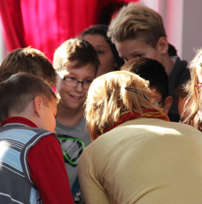 A képen személy, beltéri, személyek, csoport látható  Automatikusan generált leírás