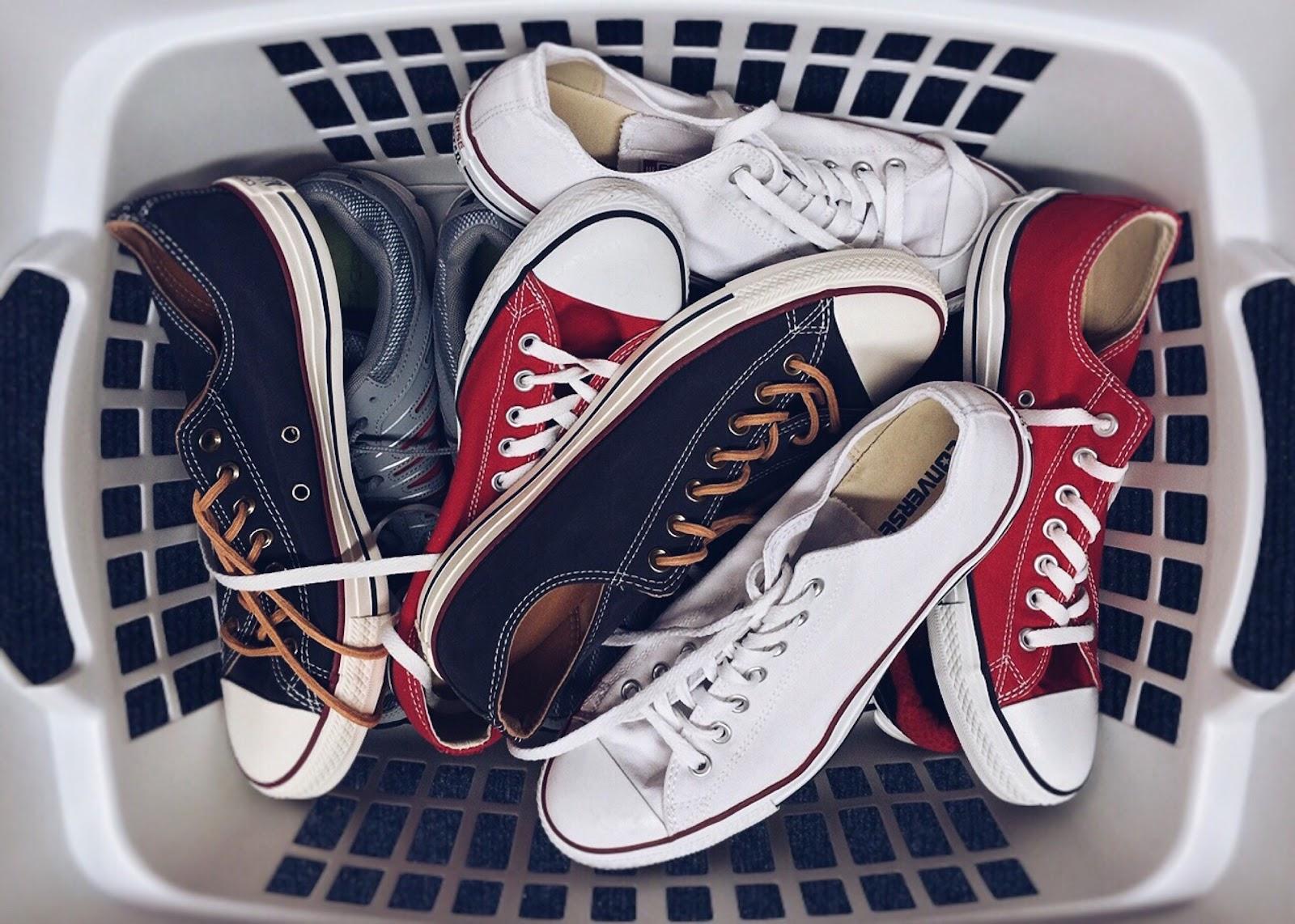 סל כביסה עם נעלי ספורט