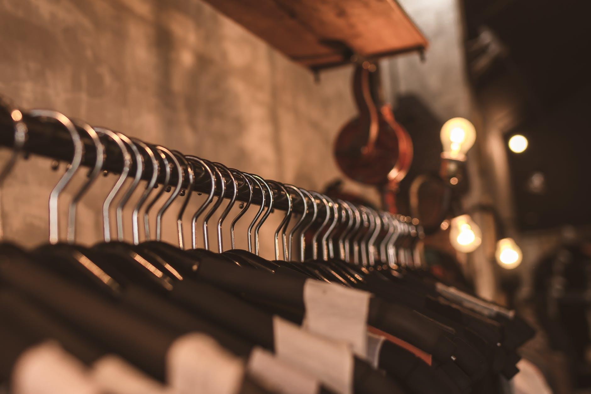 Abiti-in-un-negozio-di-vestiti