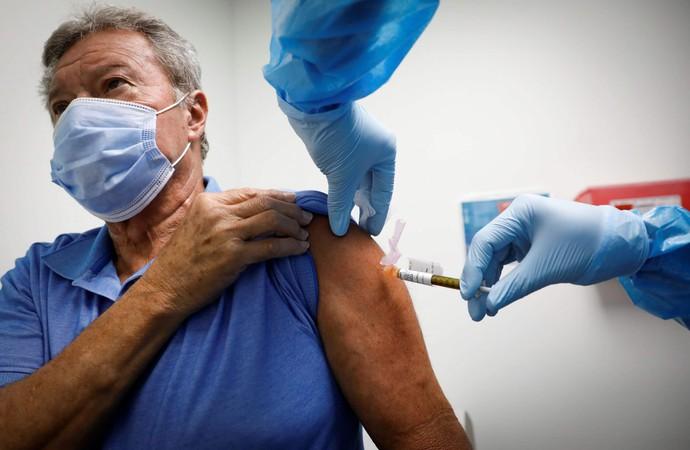 Вакцинація волонтера в США