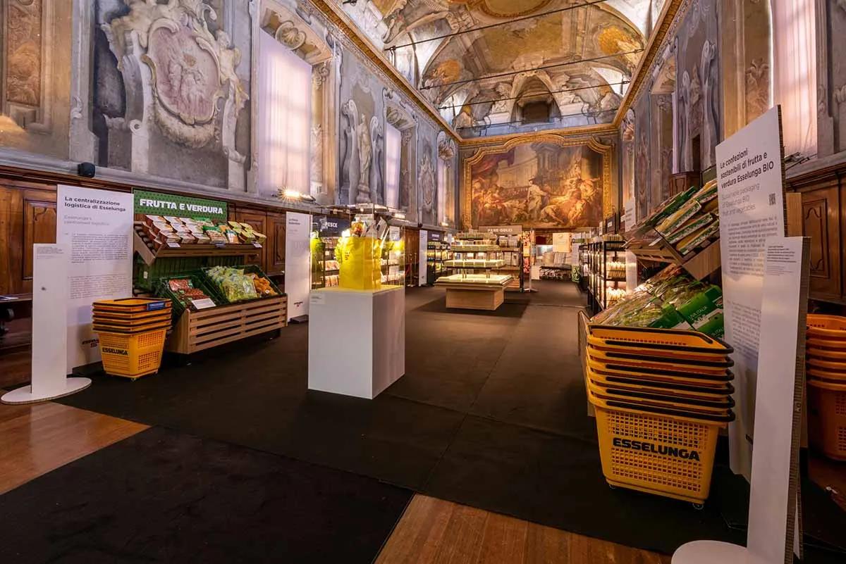 Museo Nazionale della Scienza e della Tecnologia Leonardo Da Vinci durante la Design Week allestito come un supermercato Esselunga: c'è il reparto frutta e verdura, con cestini gialli targati esselunga