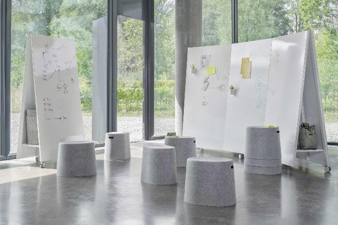 Salle de réunion informelle avec poufs confortables