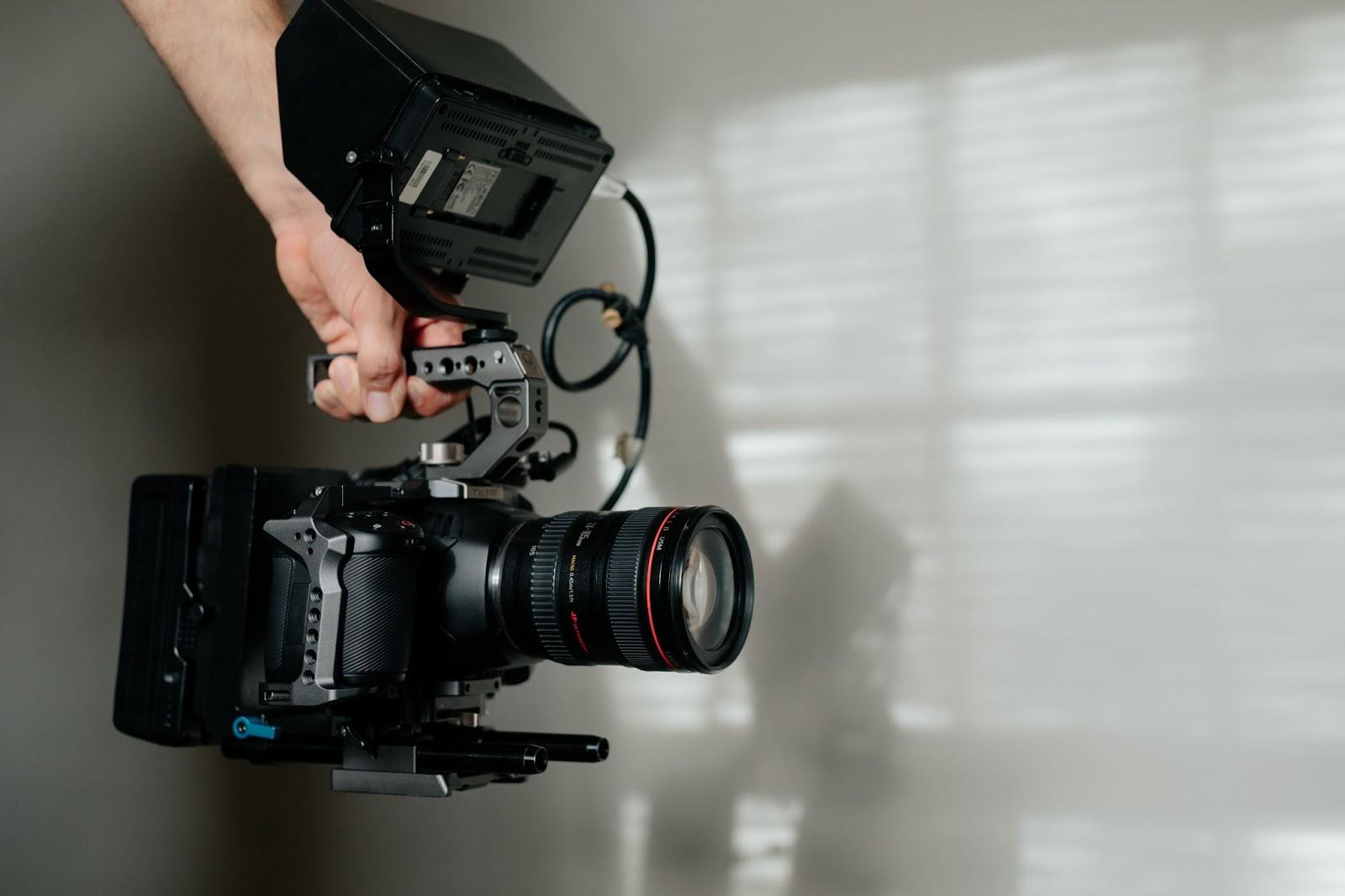 Una videocamera per realizzare contenuti per campagne di video marketing.