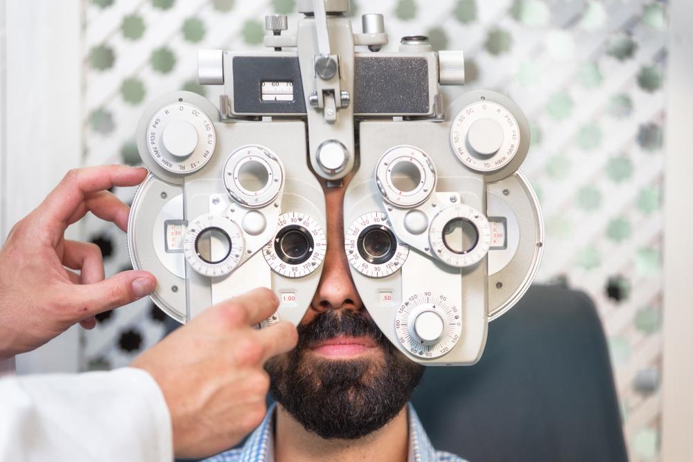 Miopia e hipermetropia são alguns dos problemas de visão que podem ser identificados em consultório oftalmológico. (Fonte: Shutterstock)
