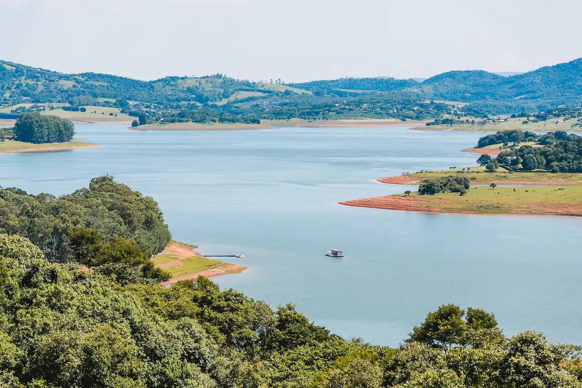 Casa flutuante economiza recursos naturais e gera mínimos impactos ao meio ambiente. (Reprodução/Syshaus)