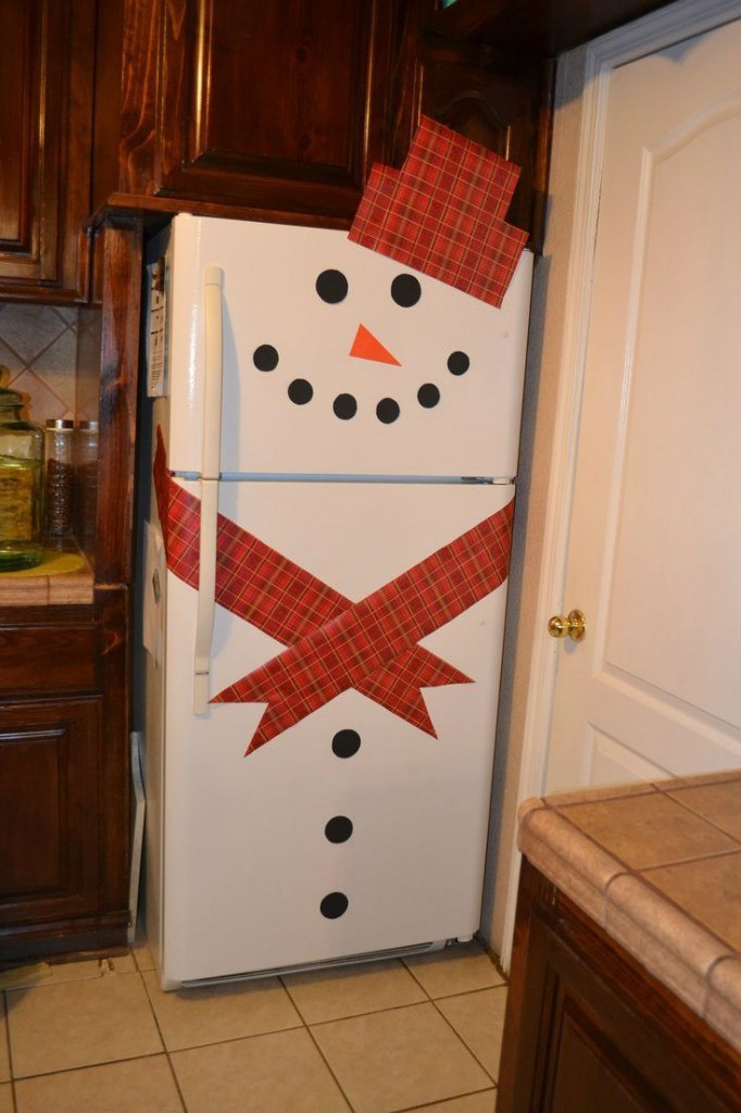 Холодильник и двери-снеговики