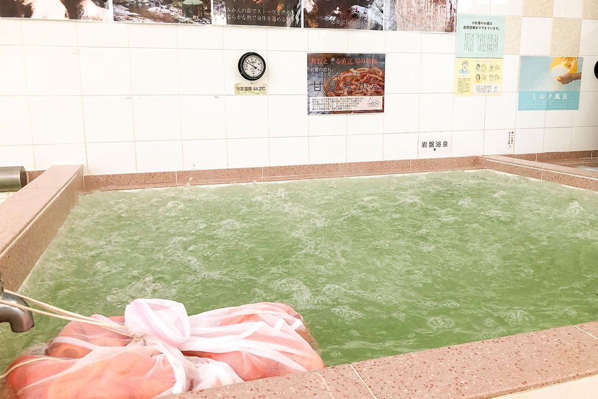 小杉湯で開催した「あおとくるの湯」の様子。甘夏みかんを湯に漬け込んだ。