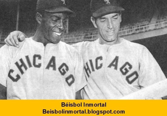 Foto en blanco y negro de un hombre con uniforme de béisbol  Descripción generada automáticamente