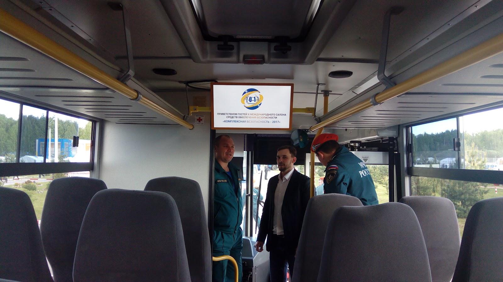Автобус МЧС с экраном Первого Маршрутного Телевидения.jpg