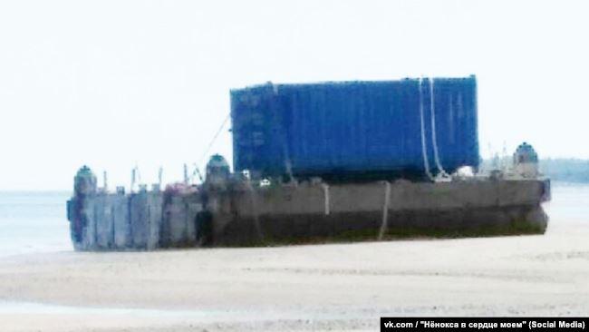Понтон на неповрежденной платформе, контейнер – с закрытыми дверцами. Фотография, предположительно, сделана 17 или 18 августа
