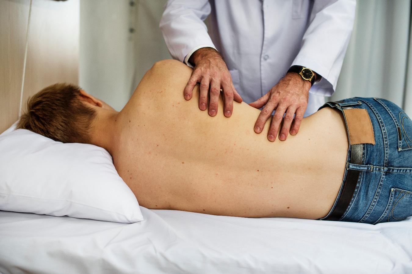 Medico examinando los riñones de un paciente