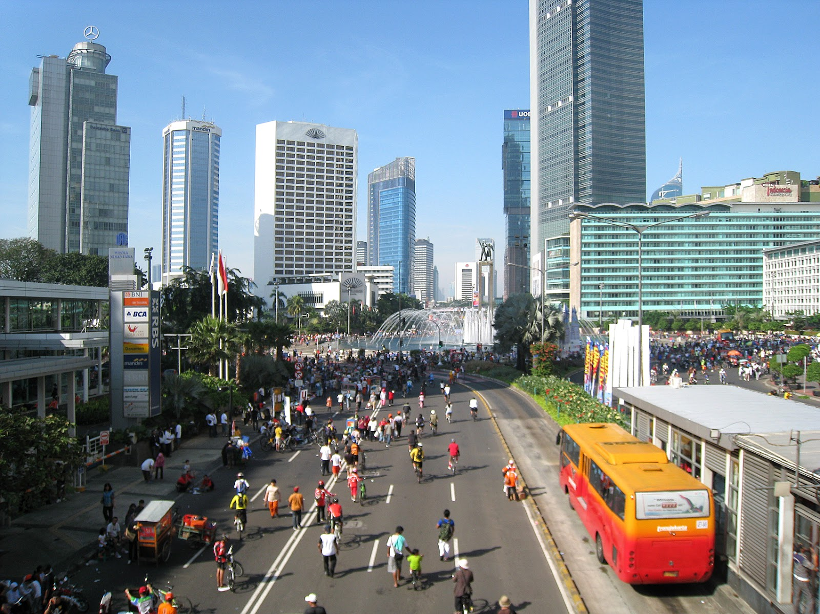 https://upload.wikimedia.org/wikipedia/commons/0/06/Jakarta_Car_Free_Day.jpg