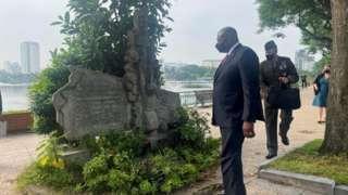 Bộ trưởng Quốc phòng Hoa Kỳ Lloyd Austin thăm nơi máy bay của cố Thượng nghị sĩ Hoa Kỳ John McCain bị bắn rơi