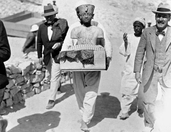Image of Howard Carter (1873-1939) English egyptologist during the discovery of Tutankhamon's tomb in Egypt in 1922, © Tallandier / Bridgeman Images