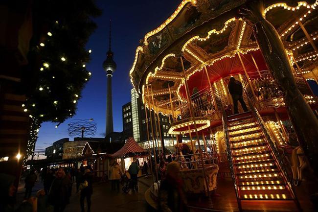 Mọi người nô nức tới một khu chợ bán đồ Giáng sinh ở Alexanderplatz (Berlin).