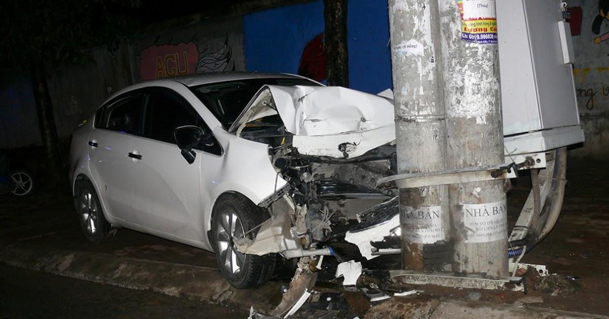 Ôtô lao vào trụ đèn, 3 người bị thương nặng