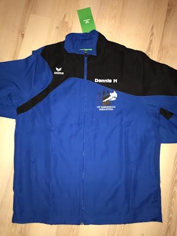 ERIMA Club 1900 2.0 Polyester jacket: Klubbens logotyp på bröstet, klubbnamn på ryggen och ditt namn på bröstet. Barnstorlek på jacka: 116-164. Vuxenstorlek på jacka: S-XXXL