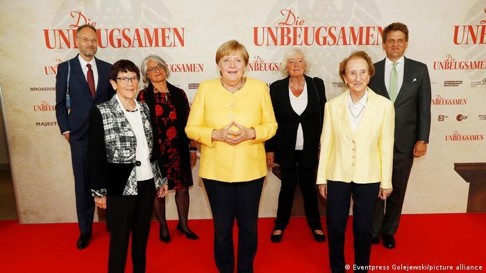 На мировой премьере фильма Die Unbeugsamen в Берлине: режиссер Торстен Кёрнер, Рита Зюссмут, Криста Никельс, Ангела Меркель, Ренате Шмидт, Розвита Верхюльсдонк и продюсер Леопольд Хёш (слева направо)