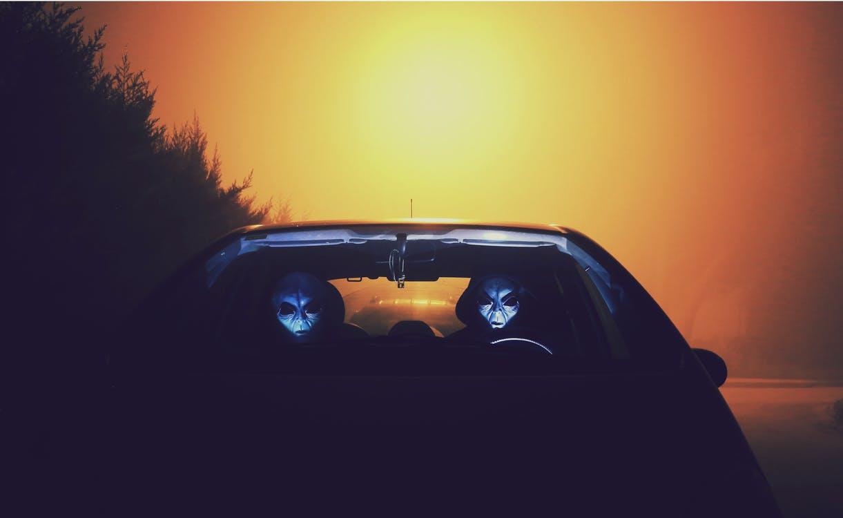 Два пришельца в машине Фоновые обои