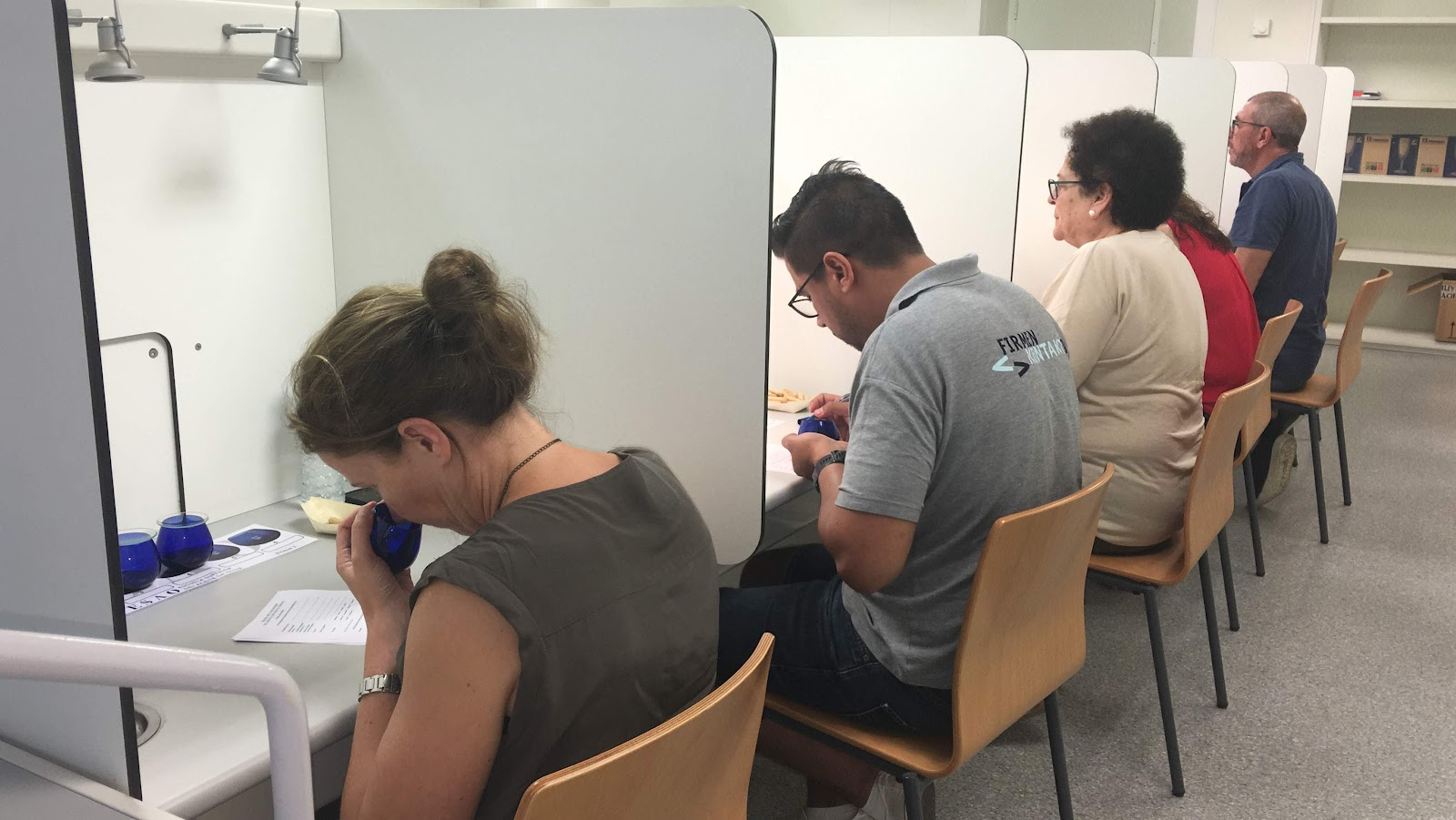 Estudiantes catando durante el curso de Sommelier de Aceite de Oliva de ESAO.