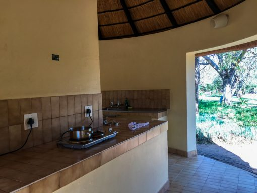 Self drive no Kruger - Cozinha coletiva aberta com fogão e pia.
