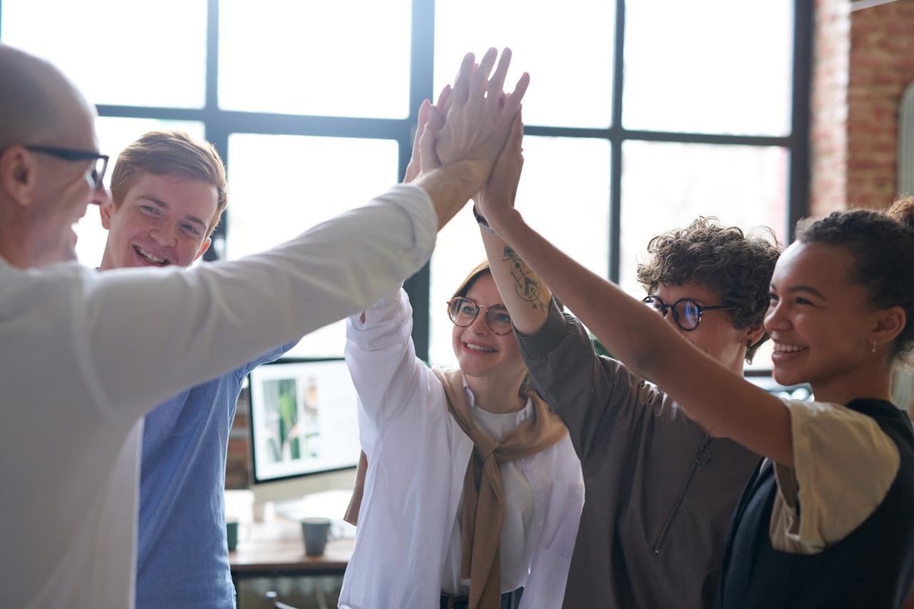 Grupo comemorando resultados após uma confraternização corporativa