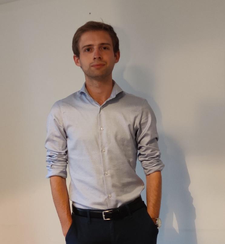Afbeelding met persoon, staand, man, poseren  Automatisch gegenereerde beschrijving