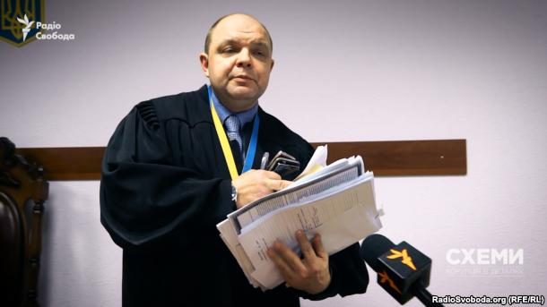 Суддя Апеляційного суду Києва Дмитро Гаращенко дивується запитанню журналіста про конфлікт інтересів