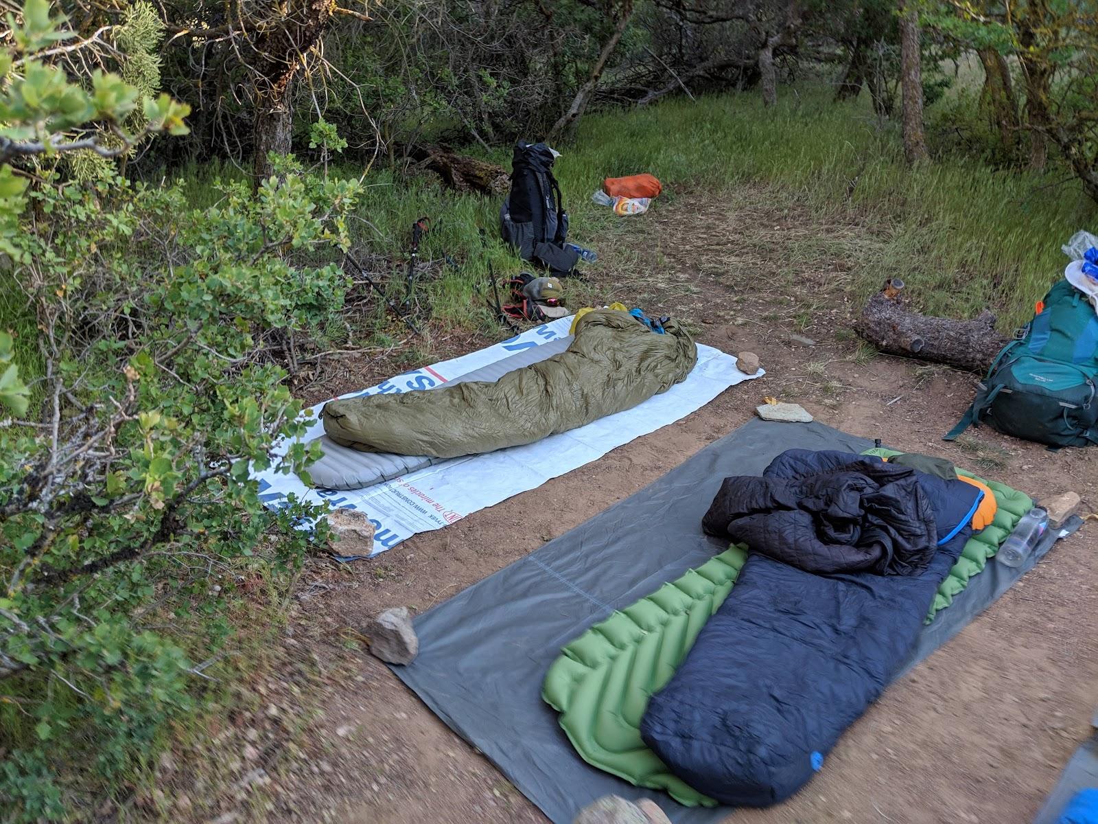 De quilt en slaapmatje liggen klaar voor een nachtje cowboy camping